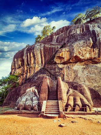 Retro-Effekt gefiltert Hipster-Stil Bild von berühmten Sri Lanka Tourist Wahrzeichen - Löwentatzen Weg auf Sigiriya Felsen, Sri Lanka Lizenzfreie Bilder - 56812021