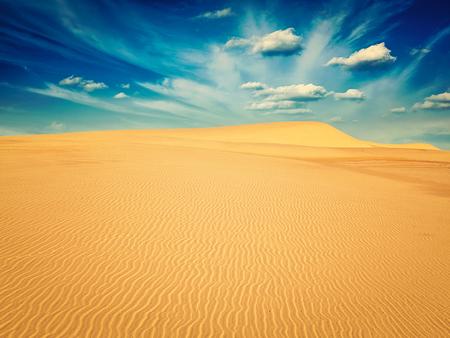 Retro-Effekt gefiltert Hipster-Stil Bild von weißen Sanddünen auf Sonnenaufgang, Mui Ne, Vietnam