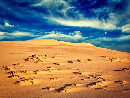 persona viajando: imagen filtrada efecto estilo retro inconformista de la vendimia de las dunas de arena blanca en la salida del sol, Mui Ne, Vietnam