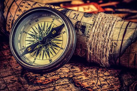 Reis aardrijkskunde navigatie concept achtergrond - afbeelding vintage retro effect gefilterd hipster stijl van de oude vintage retro kompas op oude kaart van de wereld