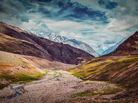 ヴィンテージ レトロな効果には、スピティの谷でヒマラヤ風景のヒップスター スタイル イメージがフィルター処理されます。ヒマーチャル ・ プラ