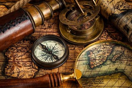 reloj de sol: Viajar geografía fondo concepto de navegación - brújula retro viejo de la vendimia, reloj de sol, lupa y el catalejo en el mapa del mundo antiguo