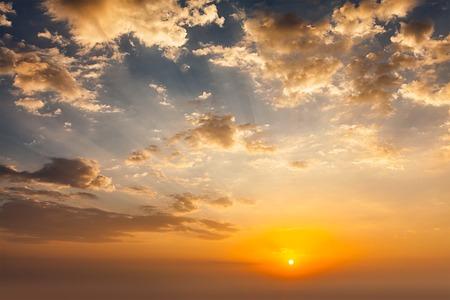 cielo de nubes: cielo de la puesta del sol de la tarde con el sol y las nubes dramáticas Foto de archivo