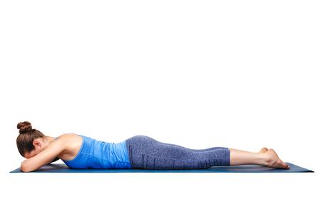 La donna si distende in Hatha yoga asana makarasana - coccodrillo posa isolato su bianco