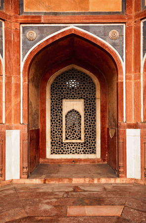 mughal: Arch with carved marble window. Mughal style.  Humayuns tomb, Delhi Stock Photo