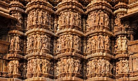 Berühmte Steinschnitzen Skulpturen, Kandariya Mahadev Tempel, Khajuraho, Indien. Unesco Weltkulturerbe Standard-Bild - 65819862