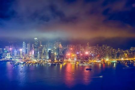 Luchtfoto van de verlichte skyline van Hong Kong. Hong Kong, China