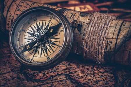 Old vintage compass on ancient map Banque d'images