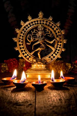 Shiva Nataraja con le luci Diwali Archivio Fotografico