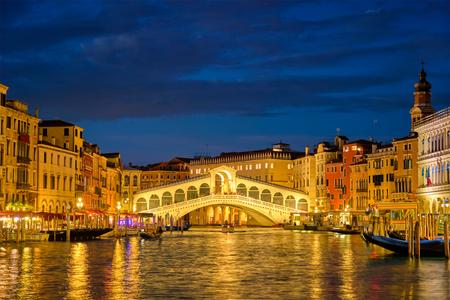 Rialto-Brücke Ponte di Rialto über den Canal Grande in der Nacht in Venedig, Italien
