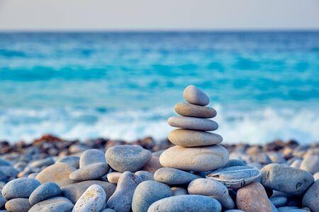 Pile de pierres équilibrées zen sur la plage