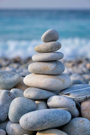 Pile de pierres équilibrées zen sur la plage Banque d'images