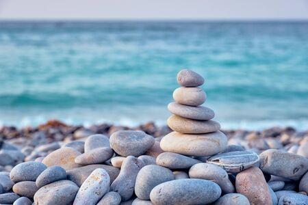 Pila di pietre equilibrate Zen sulla spiaggia Archivio Fotografico