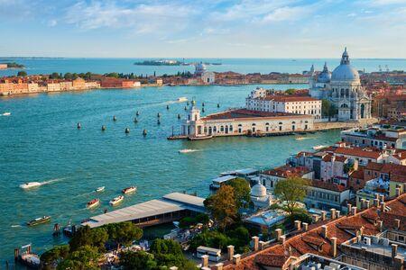 Blick auf die Lagune von Venedig und Santa Maria della Salute. Venedig, Italien