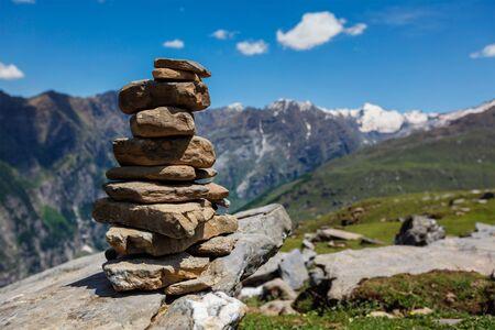 Stone cairn in Himalayas Standard-Bild