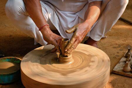 Indian potter at work, Shilpagram, Udaipur, Rajasthan, India Stockfoto