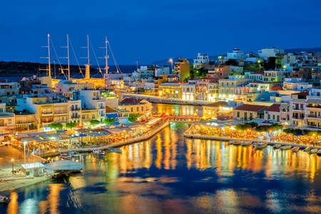 Beautiful Agios Nikolaos town at night. Lasithi region of Crete island, Greece Banque d'images