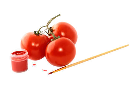 peinture rouge: Peinture Trois tomates rouges et un pinceau sur un fond blanc