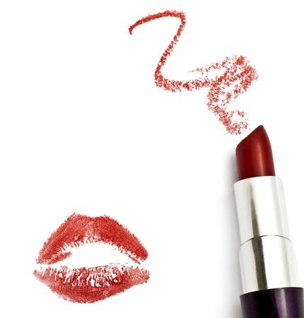 lapiz labial: Rojo l�piz de labios con un beso en fondo blanco