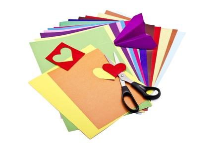 paper craft: Hojas de colores de papel con tijeras y las embarcaciones de papel aislados en blanco