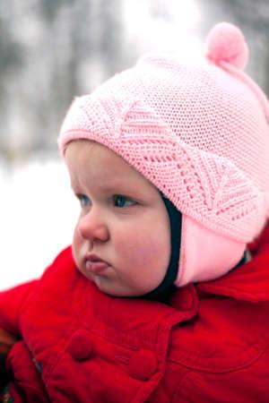 perfil de mujer rostro: Retrato de poner mala cara de beb� hecha en los d�as de invierno. Foto de archivo