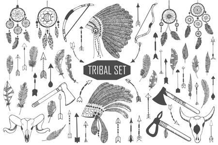 atrapasueños: Dibujado a mano conjunto tribal con arcos, hachas, flechas, plumas, atrapasueños, cráneos de toro, elementos del tocado de la guerra. Vector étnico, indio, azteca, inconformista ilustración. Vectores