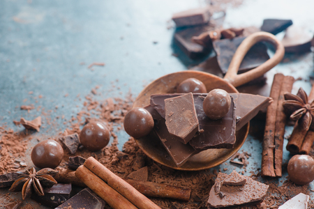 Wooden scoop with pieces of broken chocolate. Homemade sweets photography with copy space. Stockfoto
