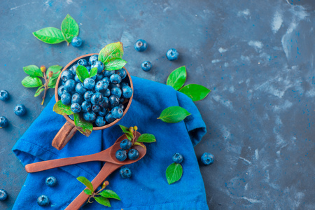 Handmade ceramic cup with blueberries. Ripe and sweet summer berries on a concrete background. Natural beauty, blue and gray palette, copy space Standard-Bild