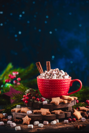 Christmas hot chocolate with marshmallows, chocolate crumbs, and syrup. Large coffee cup with homemade cocoa. Winter drink photography on a dark background Standard-Bild