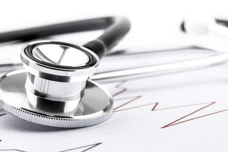 Estetoscopio médico para cardíaco sobre fondo blanco. Equipo de médico para diagnosticar los latidos del corazón en la hospitalidad. Cuidado de la salud y concepto de examen físico.