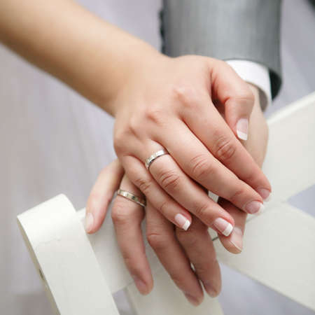 verlobung: Just married junges paar weisend rauf Ihre Ringe