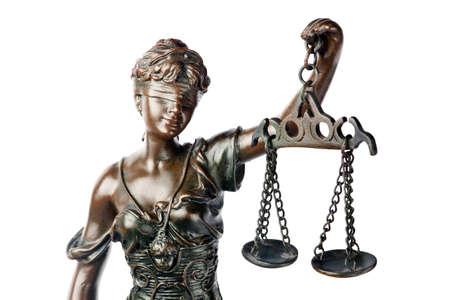advocate: Pregunta o justicia concepto - detalle de una escultura de Themis, mitolog�a griega godness, s�mbolo de la justicia, ciega y explotaci�n equilibrio vac�a en la mano, aislado en blanco backgroung