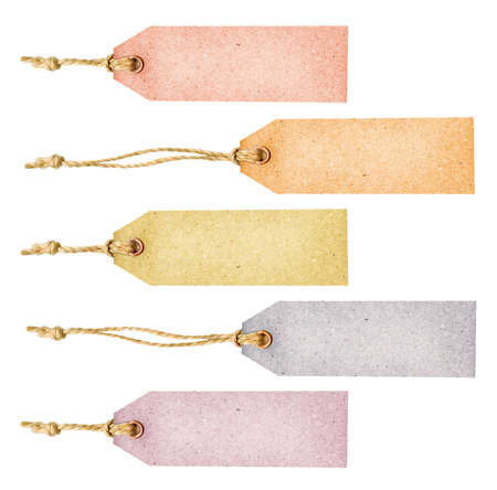 etiquetas de ropa: Conjunto de diversas etiquetas sucio color del papel envejecido como pancartas con remaches de metal y simples cadenas tradicionales, aisladas sobre fondo blanco