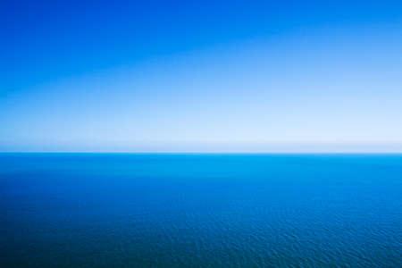 endlos: Idyllische abstrakten Hintergrund - Horizontlinie zwischen ruhiger See und klarer blauer Himmel Lizenzfreie Bilder