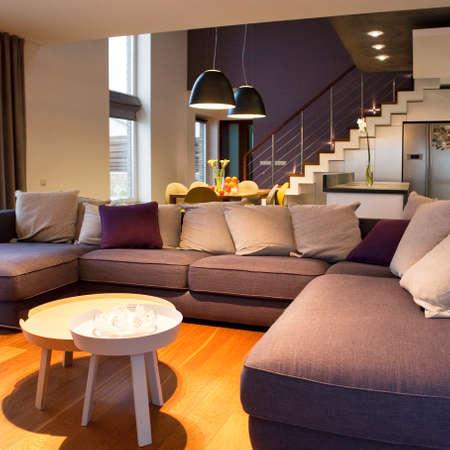 Interior design - accogliente soggiorno al primo piano e cucina con tavolo da pranzo a sfondo