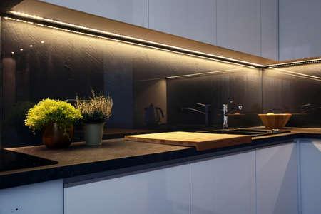 cucina moderna: Particolare di interni - moderno tavolo da cucina e piano cottura in vetroceramica