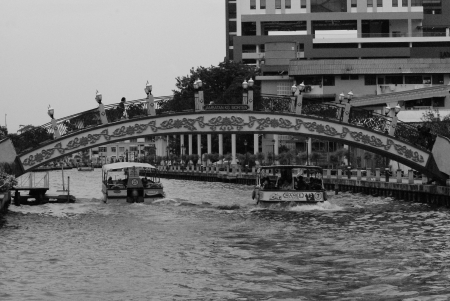 kampung: Ferry passing under Kampung Morten Bridge at Malacca Town