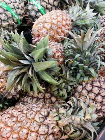 Reife Ananas aufgetürmt für den Einzelhandel auf dem Markt
