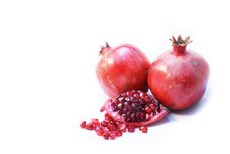 熟したザクロの果実または Buah Delima に開く 2 つの全体とカット