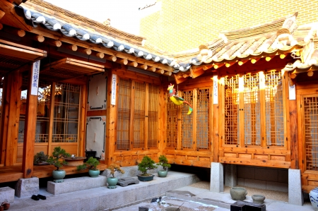 guest house: Korean traditional house in Bukchon Hanok Village,  Seoul, South Korea  is home to hundreds of traditional houses called  hanok  that date back to the Joseon Dynasty Stock Photo