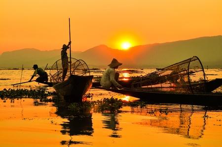 birma: Vissers in Inle meren zonsondergang Vissers is klaar bent met een dag van de visserij in Inle Lake, Myanmar Birma Inle is een van de meest favoriete toeristische plekken in Myanmar Birma