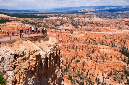 bryce: Tourists are taking picture at Inspiration Point, Bryce Canyon, Utah, USA