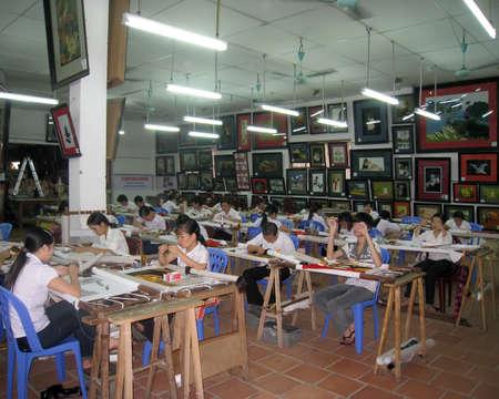 enfants handicap�s: De Hai Duong, Vietnam, Juillet, 24: Les enfants handicap�s broderie de photo � Hong Ngoc base de l'art sur Juillet 24, 2013 � Hai Duong, Vietnam. �ditoriale