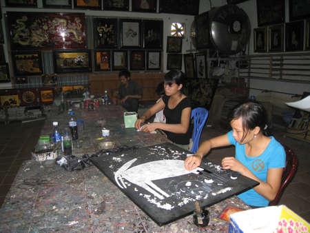 enfants handicap�s: HAI DUONG, VIETNAM, Juillet, 24: Les enfants handicap�s font mosa�ques � base de Hong Ngoc art sur Juillet 24, 2013 � Hai Duong, Vietnam.