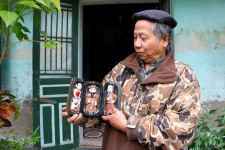 puppetry: De Hai Duong, Vietnam, 07 de julio: El artista popular de Thanh Hai marionetas de agua en el interior de t�teres de madera el 7 de julio de 2013 en Thanh Ha, Hai Duong, Vietnam. Thanh Hai marionetas de agua es arte popular �nico en Vietnam.