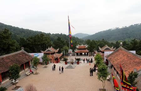 atender: De Hai Duong, Vietnam, 15 de febrero: personas asisten a Chu Van An tradicional fiesta en febrero 15, 2013 en Hai Duong, Vietnam.
