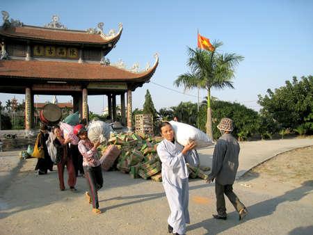 contribuire: Hai Duong, Vietnam, Settembre, 19: monaci e discepoli contribuiscono cibo in beneficenza per i poveri settembre, 19, 2013 Hai Duong, Vietnam