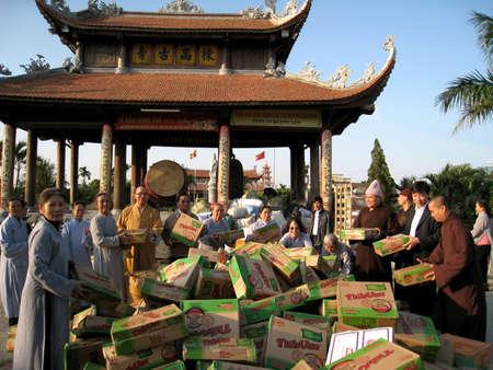 contribuire: Hai Duong, Vietnam, settembre 19: monaci e discepoli contribuiscono cibo in beneficenza per i poveri a settembre 19, 2013 in Hai Duong, Vietnam