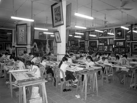 enfants handicap�s: De Hai Duong, Vietnam, Juillet, 24: Les enfants handicap�s image de broderie � Hong Ngoc base de l'art sur le Juillet 24, 2013 � Hai Duong, Vietnam.