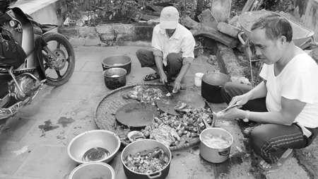 slaughtering: Hai Duong, VIETNAM, Novembre, 20: gli uomini asiatici macellazione cane a cucinare il 20 novembre 2013 Hai Duong, in Vietnam.